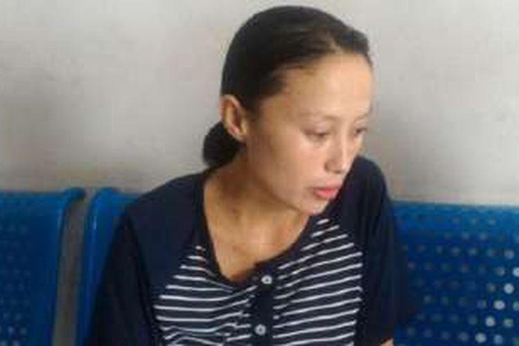 Nur Ani (26) duduk di kursi ruang Cempaka perawatan ibu dan anak di RSUD Salewangang Maros. Ia dan bayinya tidak boleh meninggalkan rumah sakit sebelum membayar biaya persalinan sebesar Rp 15 juta.