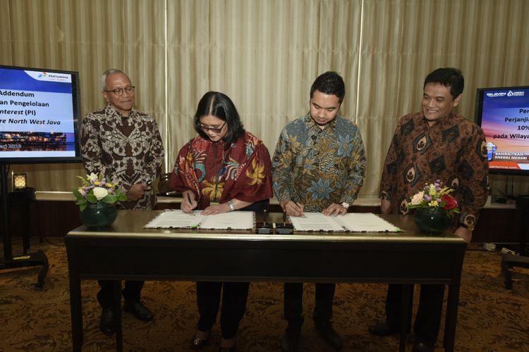 Direktur Hulu Pertamina Dharmawan H Samsu (kiri), Direktur PHE ONWJ Meidawati (tengah), dan Direktur MUJ Ryan Alfian (kanan) menandatangani Addendum Perjanjian Pengalihan dan Pengelolaan PI 10 Persen pada Wilayah Kerja ONWJ, Rabu (6/2/2019).
