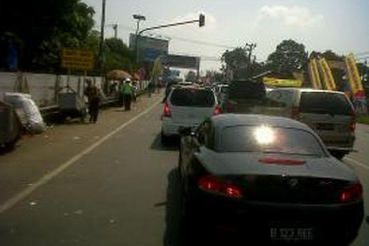 Antrean kendaraan di Tol Jakarta-Cikampek, Sabtu (10/8/2013).