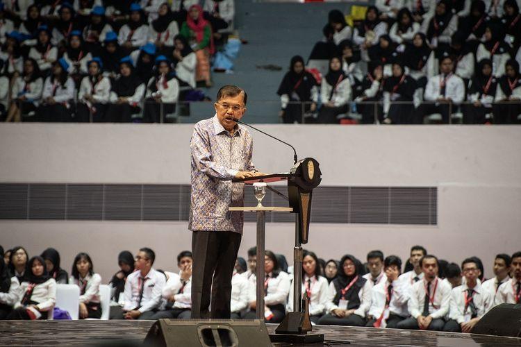 Wakil Presiden Jusuf Kalla berbicara dalam acara Presidential Lecture 2019 di Istora Senayan, Jakarta, Rabu (24/7/2019). Kegiatan yang diikuti oleh 6.148 CPNS hasil seleksi tahun 2018 itu mengangkat tema Sinergi Untuk Melayani. ANTARA FOTO/Aprillio Akbar/hp.
