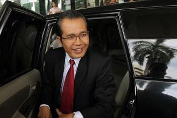 Pimpinan terpilih jilid IV Komisi Pemberantasan Korupsi (KPK) Alexander Marwata tiba di Gedung KPK, Jakarta Selatan, sebelum dilantik di Istana Negara, Senin (21/12/2015).