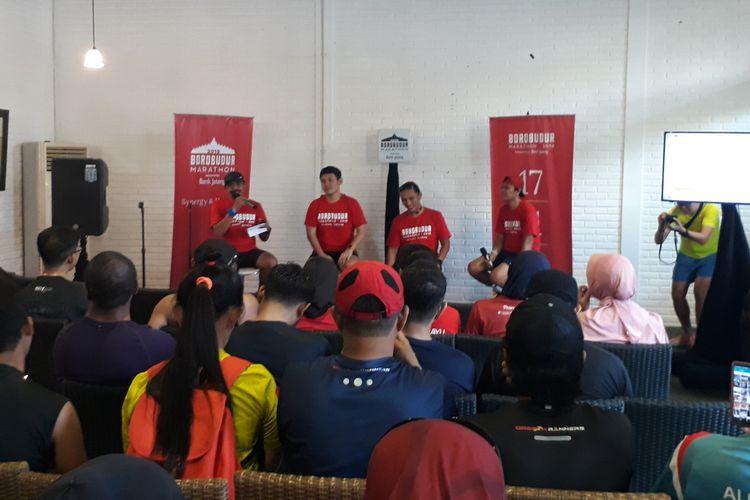 Penyelenggara The Tour Borobudur Marathon 2019 saat menggelar diskusi terkait training plan bersama komunitas pelari di Bangi Kopi, Jalan Wali Kota Mustajab, Surabaya, Sabtu (27/4/2019).