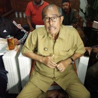 Bupati Bandung Barat, Abubakar, saat berbicara kepada awak media untuk meluruskan kabar penangkapan dirinya oleh KPK di kediamannya, Lembang, Bandung Barat, Selasa (10/4/2018).