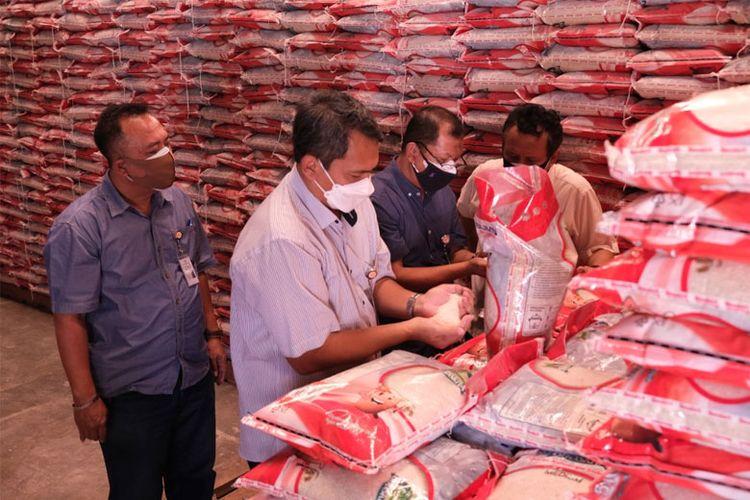 Direktur Supply Chain dan Pelayanan Publik Perum Bulog Mokhamad Suyamto bersama jajaran Perum Bulog mengecek kualitas bantuan beras PPKM di gudang Bulog.