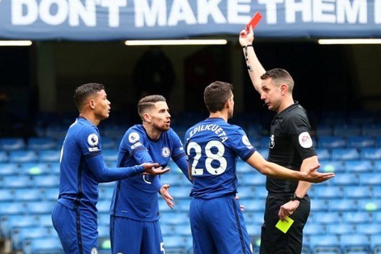 Bek Chelsea Thiago Silva (kiri) diganjar kartu merah oleh wasit David Coote dalam laga pekan ke-30 Liga Inggris melawan West Bromwich Albion di Stadion Stamford Bridge, 3 April 2021.
