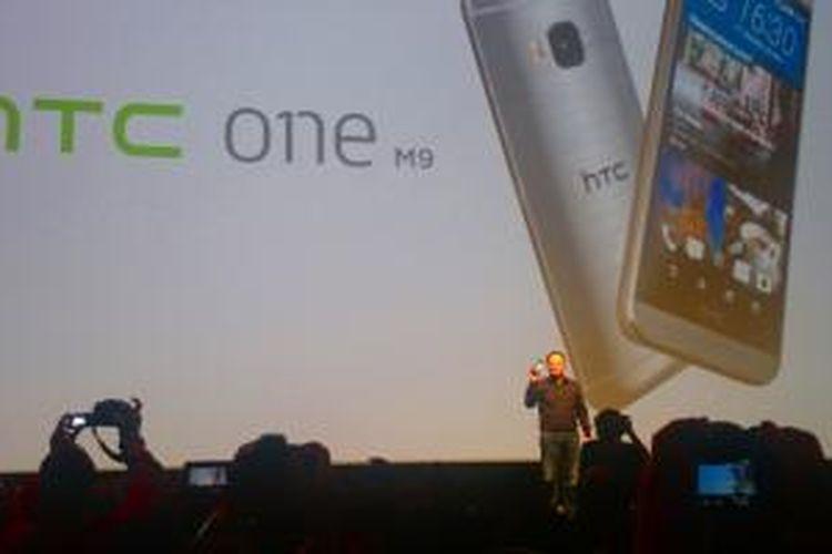 Peter Chou, CEO HTC, saat memperkenalkan HTC One M9 di ajang Mobile World Congress, Barcelona, Minggu (1/3/2015).