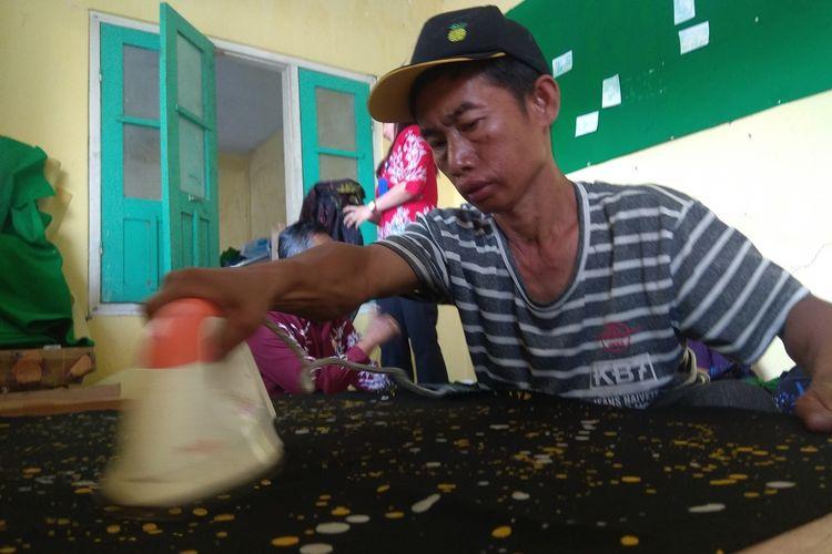 Di Hari Batik Nasional, sejumlah penyandang disabilitas perajin batik Ciprat Langitan di Magetan, justru bekerja keras hingga lembur untuk memenuhi pesanan.  Karya mereka sebagian telah dikenakan oleh pejabat dalam memperingati Hari Batik Nasional.