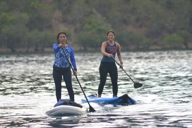 Menteri Kelautan dan Perikanan RI Susi Pudjiastuti bermain kano di lokasi objek wisata Pulau Padamarang di Kabupaten Kolaka, Sulawesi Tenggara.