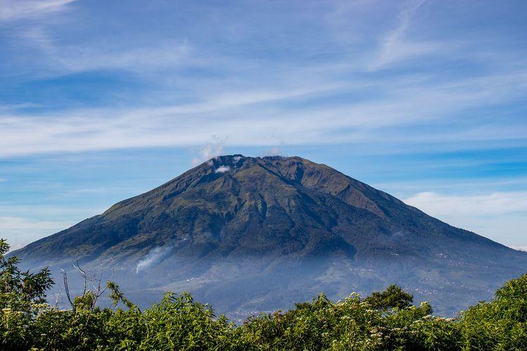 Gunung Merbabu dilihat dari Gunung Telomoyo.