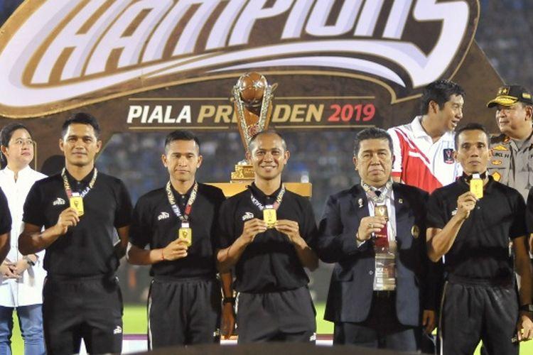 Wasit Oki Dwi Putra (tengah) pada Final Piala Presiden 2019, Senin (15/4/2019)