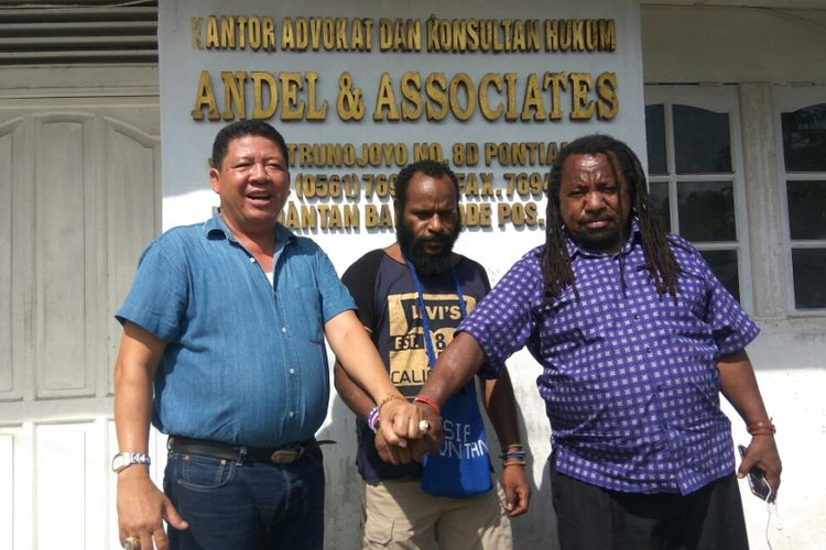 Frantinus Nirigi (tengah) bersama Kuasa Hukumnya Andel (kiri) dan Abang iparnya Diaz Gwijangge (kanan) saat di Kantor kuasa hukum, Jalan Trunojoyo, Pontianak (4/11/2018)