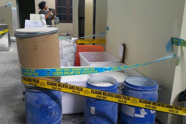 Inilah bahan-bahan pil PCC yang diamankan tim BNN dan Mabes Polri di Solo, Senin (4/12/2017).
