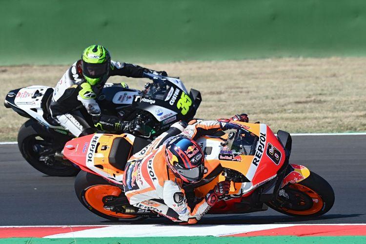 Cal Crutchlow saat berlaga di MotoGP San Marino. (Photo by ANDREAS SOLARO / AFP)