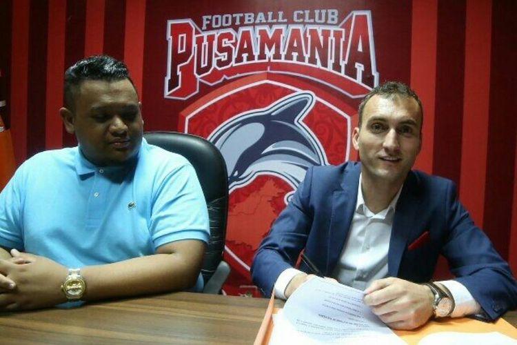 Vladimir Krunic (kiri) melakukan penandatanganan kontrak dengan Pusamania Borneo FC (PBFC), Senin (3/4/2017).