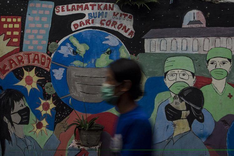 Warga melintasi mural  bertema COVID-19 di Bandung, Jawa Barat, Selasa (1/6/2021). Gubernur Jawa Barat Ridwan Kamil menyatakan Provinsi Jawa Barat siaga satu COVID-19 akibat melonjaknya kasus positif COVID-19 pascakebocoran arus mudik dan libur Lebaran 2021. ANTARA FOTO/Novrian Arbi/rwa.