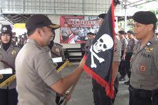 Kapolres Trenggalek Berikan Bendera Tengkorak kepada Anggotanya
