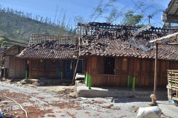 Rumah-rumah rusak diterjang angin kencang di permukiman warga di lereng Merbabu Kecamatan Pakis, Kabupaten Magelang, Senin (21/10/2019).