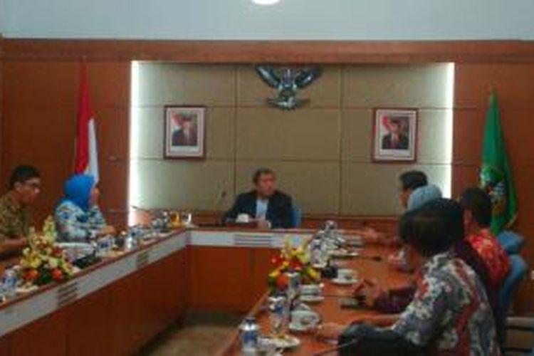Gubernur Jawa Barat Ahmad Heryawan saat memimpin penetapan UMK Kabupaten Kota di Jabar, di Gedung Sate, Bandung, Jawa Barat, Kamis, (21/11/2013),malam.