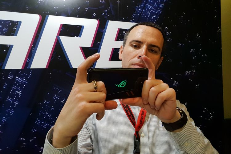 Seorang pengguna mencoba memainkan ponsel gaming teranyar dari ASUS.