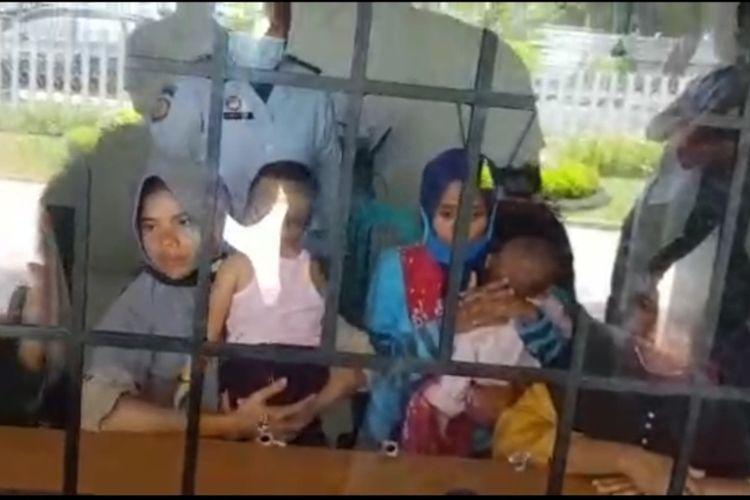 Inilah dua dari 4 ibu asal Desa Wajagrseng yang ditahan, di Rutan Praya Lombok Tengah, gara gara melempar pabrik tembakau milik H.Sihardi. Mereka ditahan di Rutan sejak Kamis (18/2/2021) dan Sabtu (20/2/2021) mereka dijengung keluarganya.
