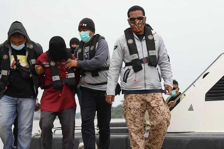 Kepala Bidang Humas Polda Kalimantan Barat (Kalbar) Kombes Pol Donny Charles Go mengatakan, sejauh ini, Densus 88 Antiteror Mabes Polri telah menangkap 3 orang terduga teroris di Kalbar. Donny merincikan, adapun terduga teroris berinsial RE (28) diamankan di Kota Pontianak, M (20) di Kota Singkawang dan MR (27) di Kabupaten Kubu Raya.