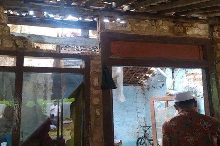 Sebagian dinding rumah korban di Dusun Tambak, Desa Blumbungan, Kecamatan Larangan, Kabupaten Pamekasan tampak berlubang akibat tersambar petir, Minggu (14/3/2021) SURYA/KUSWANTO FERDIAN