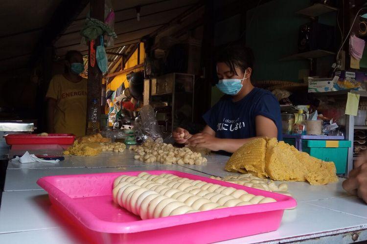 Perajin bakpia saat membuat bakpia dengan cara hand made, Sabtu (25/9/2021)