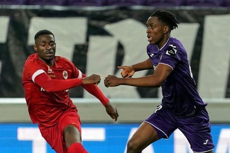 Albert Sambi Lokonga saat tampil bersama Anderlecht melawan Antwerp di play-off Jupiler Pro League.