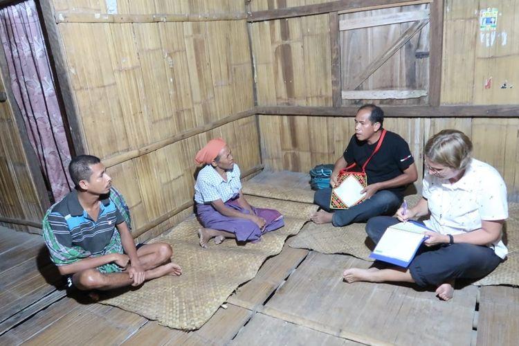 Suster Anke, seorang psikiater dari Universitas Atmajaya Jakarta sedang mengunjungi penderita gangguan jiwa di wilayah Flores Barat, Selasa, (1/10/2019).