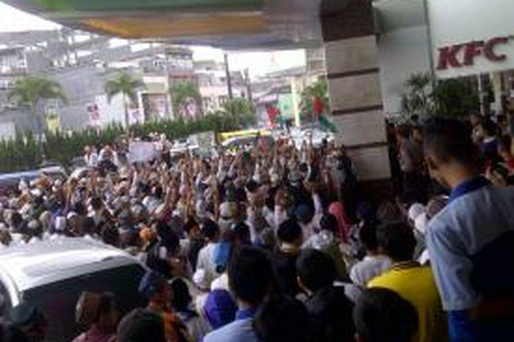 Ribuan santri berunjukrasa dan menutup paksa restorsan asal Amerika KFC di Mayasari Plaza Tasikmalaya, Selasa (15/7/2014).