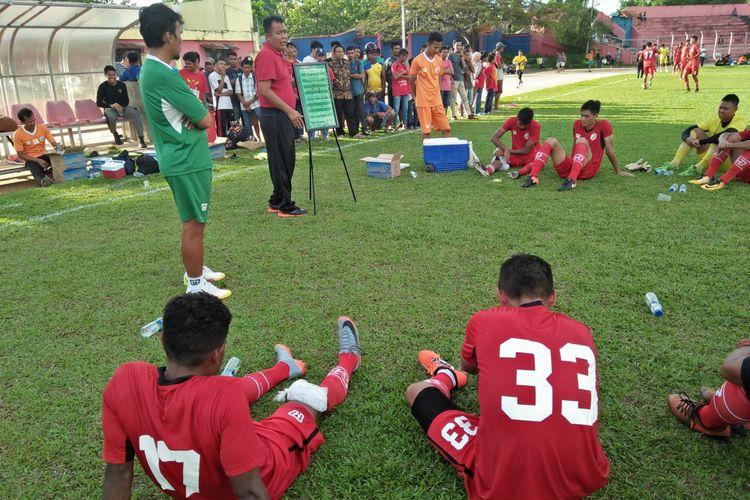 pelatih Semen Padang Syafrianto Rusli Memberi pengarahan kepada pemain