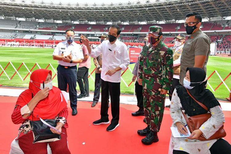 Presiden Joko Widodo meninjau program vaksinasi Covid-19 kepada masyarakat di Gelora Bung Karno (GBK), Jakarta, Sabtu (26/6/2021). Dalam peninjauannya, Jokowi mengatakan ia akan meminta Panglima TNI Hadi Tjahjanto, Kapolro Listyi Sigit dan Menteri Kesehatan Budi Gunadi Sadikin untuk memasok vaksin sebanyak mungkin ke daerah.