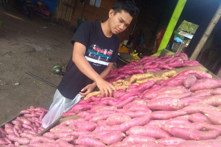 Pedagang ubi jalar di Desa Saree, Kecamatan Lembah Selawah, Kabupaten Aceh Besar, Jumat (25/10/2019).