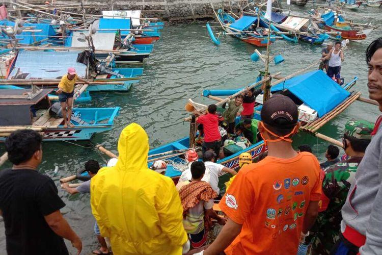 Tim SAR gabungan saat mengevakuasi jenazah Taufik bin Asam, 19 tahun, belayan asal Cianjur, Jawa Barat di dermaga Pantai Jayanti, Sabtu (7/11/2020). Korban tenggelam saat menjaring ikan di laut, Kamis (5/11/2020)