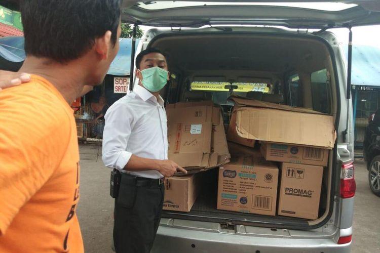Sejumlah karton masker yang diduga ditimbun oleh seorang penjual alat kesehatan di Pasar Pramuka, Jakarta Timur, saat diperiksa polisi, Selasa (24/3/2020).