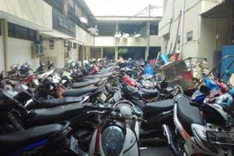 Area parkir di Kantor Polres Jakarta Pusat penuh dijejali sepeda motor pada Jumat (7/8/2015)