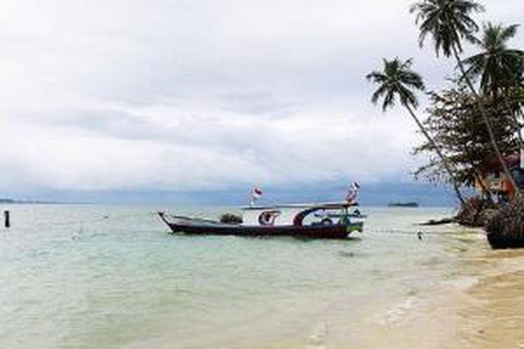 Pemandangan di Pulau Angso Duo, Kota Pariaman, Sumatera Barat, Sabtu (28/2/2015). Pasir putih nan lembut dibalut ombak yang tenang serta hutan alami yang sejuk menjadi daya tarik pulau yang berada sekitar 65 kilometer dari Kota Padang ini. Pulau ini merupakan salah satu andalan pariwisata Kota Pariaman.