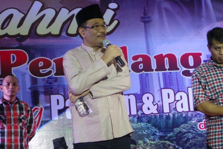 Calon wakil gubernur nomor pemilihan dua DKI Jakarta Djarot Saiful Hidayat dan Bupati Pemalang Junaedi (pakai seragam kotak-kotak) saat menghadiri silaturahim warga Pemalang di Jakarta, di GOR Bulungan, Jakarta Selatan, Minggu (26/3/2017).