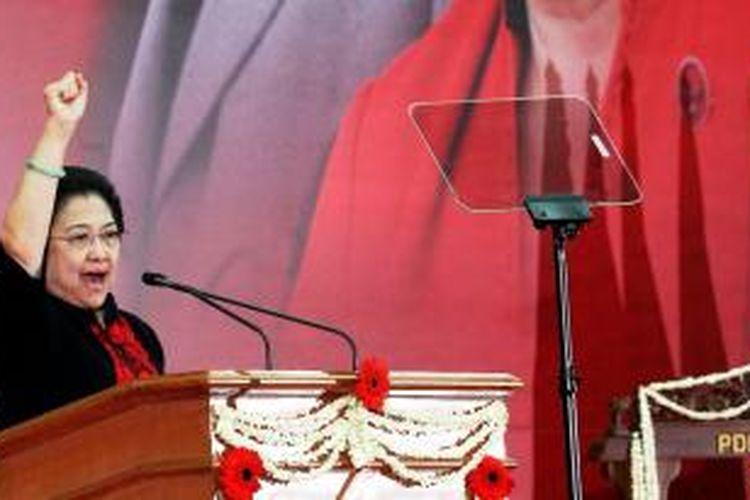 Ketua Umum Partai Demokrasi Indonesia Perjuangan Megawati Soekarnoputri menyampaikan pidato politiknya dalam acara pembukaan Rakernas III PDI-P di Ancol, Jakarta, Jumat (6/9/2013). Rakernas yang dihadiri 1.330 fungsionaris dan kader PDI-P seluruh Indonesia tersebut akan berlangsung pada 6-8 September 2013.