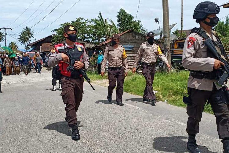 Personel Polri dan TNI melakukan penjagaan dan mengawal proses pemakaman warga yang meninggal akibat pertikaian antardusun Pintu Langit Julu dan Huraba, di Kecamatan Angkola Timur, Tapanuli Selatan, Rabu (27/5/2020).