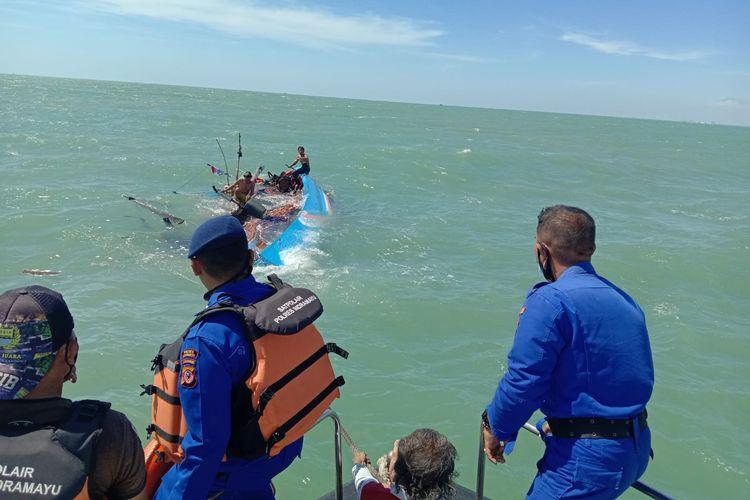 Perahu Kapal Motor (KM) Ibu Jaya terbalik di perairan Pancer Payang, Indramayu, Jawa Barat, Kamis (9/9/2021). Enam nelayan awak kapal sempat terapung di tengah laut.