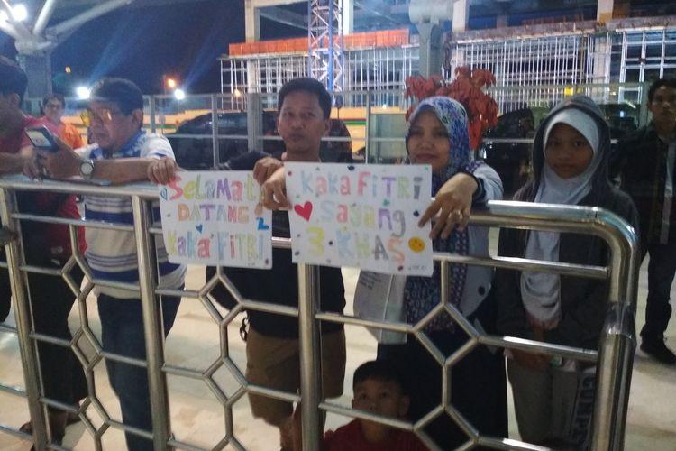 Keluarga asal Sulsel saat menjemput mahasiswa yang telah diobservasi di Natuana di bandara Internasional Sultan Hasanuddin Makassar, Minggu (16/2/2020) dini hari.