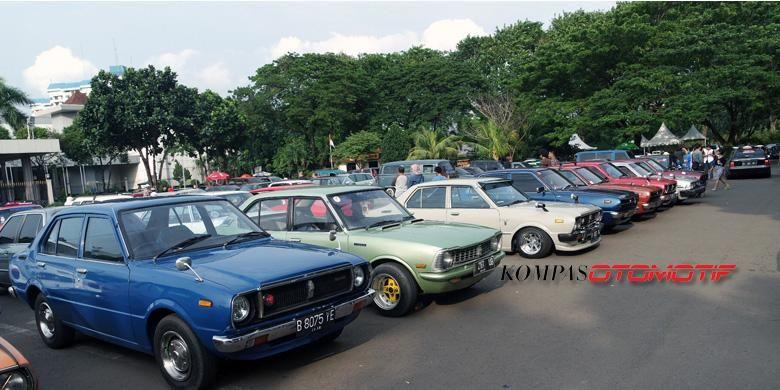 Setidaknya 44 komunitas mobil tua berkumpul di Parkir Timur, Senayan, Jakarta, membahas penolakan pelarangan mobil berumur lebih dari 10 tahun beredar di Jakarta, Minggu (18/1/2015).
