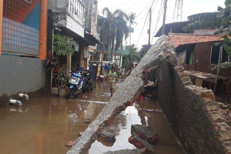 Tembok pembatas lahan Universitas Borobudur yang ambruk di Makasar, Jakarta Timur, Rabu (26/2/2020).
