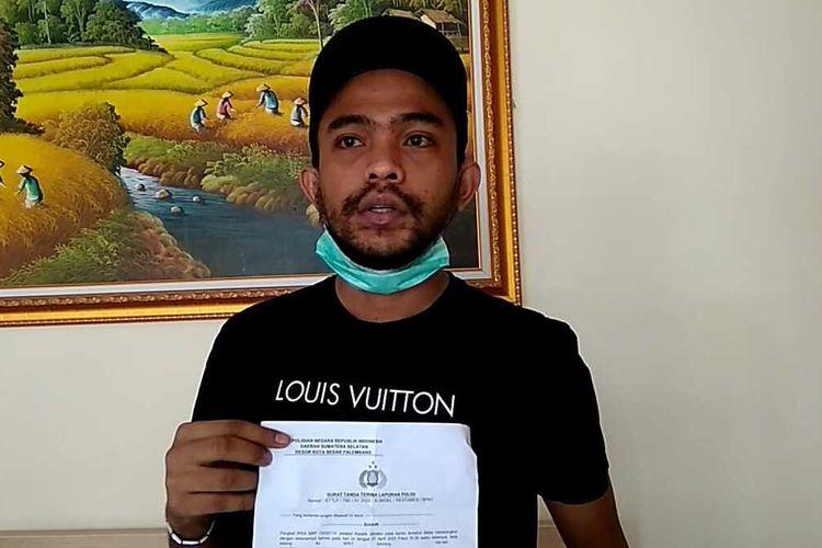 Juan Puncan Endrile (30), korban penipuan pembelian ratusan boks masker melalui media sosial yang merugi Rp36,4 juta.