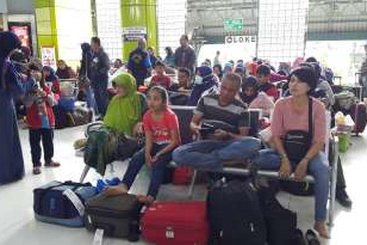 Penumpang menunggu keberangkatan dari Stasiun Gambir, Jakarta Pusat, Senin (26/12/2016).