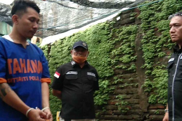 Fino alias D, pemilik tanaman ganja di Surabaya (kiri)