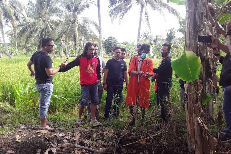 Unit Jatarans saat melihat lokasi dikuburkannya Sidik Purwanto (60) bos meubel yang telah tewas dibunuh pada tujuh tahun lalu akibat menjadi korban perampokan.