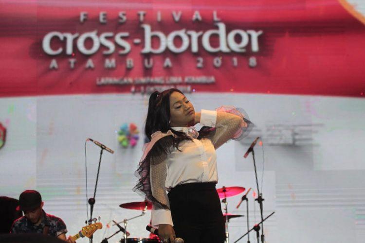 Maria Dwi Permata Simorangkir atau Maria Simorangkir (16), saat tampil menghibur warga Kota Atambua, dalam Festival Cross Border Atambua 2018