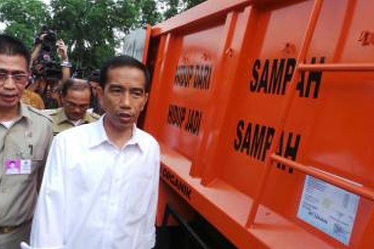 Gubernur DKI Jakarta Joko Widodo menghadiri acara peresmian pengoperasian 92 unit truk sampah baru di lapangan Pulomas, Pulogadung, Jakarta Timur, Rabu (11/12/2013).